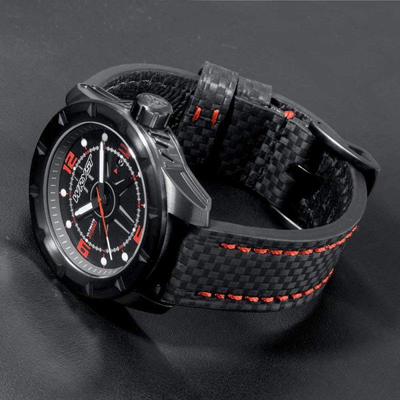 Schwarzes Armbanduhr aus Kohlefaser mit roten Maschen