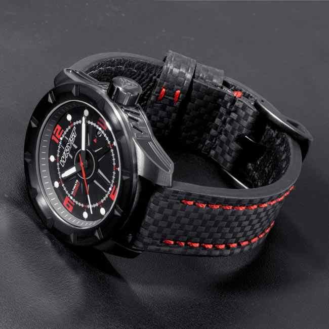 Reloj negro con brazalete de fibra de carbono negro y puntos rojos. Fabricado en Suiza